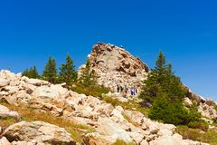 I turisti vagano vicino alla cima della cresta di Zyuratkul fotografia stock