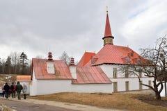 I turisti vanno al palazzo del priore in Gatcina Immagini Stock Libere da Diritti