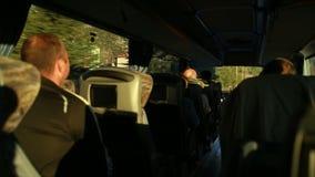 I turisti vanno in bus in una cittadina stock footage