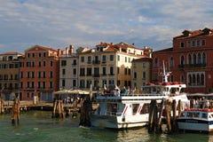 I turisti vanno dalla barca Cristina II al pilastro Fotografia Stock