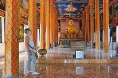 I turisti visitano al monastero buddista di Theravada Fotografia Stock