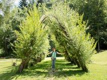 I turisti visitano Arte Sella Park, Dolomiti, Italia immagine stock