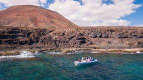 I turisti visitano la costa di Fuerteventura con servizio di taxi fotografie stock libere da diritti