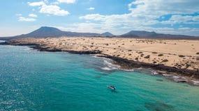 I turisti visitano la costa di Fuerteventura con servizio di taxi immagine stock libera da diritti