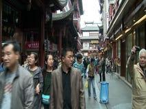 I turisti in yuan di Yu fanno il giardinaggio, Shanghai, Cina archivi video