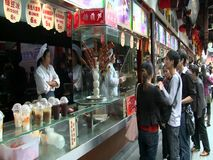 I turisti in yuan di Yu fanno il giardinaggio, Shanghai, Cina video d archivio