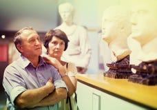 I turists maturi delle coppie esamina la mostra in museo Fotografia Stock Libera da Diritti
