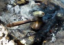 I turkisk disk som gör kaffe i natur på kolen royaltyfria bilder