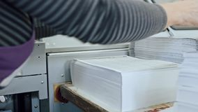 I typografi - polygrafprintingprocess - en kvinna avslutar ett papper för en tidskrift, glidare arkivfilmer