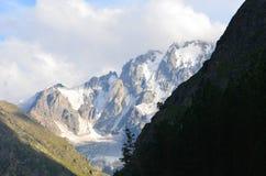 I utlöparen av Mount Elbrus Royaltyfri Foto