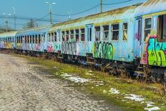I vagoni abbandonati del treno hanno vandalizzato vicino al grande ponte Fotografia Stock Libera da Diritti