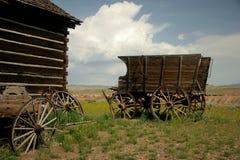 I vagoni antichi dell'azienda agricola hanno lasciato nel paesaggio Fotografia Stock Libera da Diritti