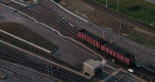 I vagoni riempiti di carbone rotolano all'altro carro carico stock footage