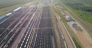 I vagoni riempiti di carbone sono sulla ferrovia stock footage