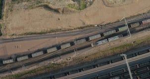 I vagoni riempiti di carbone stanno viaggiando stock footage