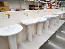 I vari bacini lavare sono venduti in un grande deposito Leroy Merlin dei materiali da costruzione immagini stock