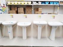 I vari bacini lavare sono venduti in un grande supermercato Leroy Merlin dei materiali da costruzione immagini stock libere da diritti