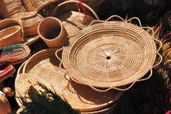 I vari contenitori del rattan hanno messo per la vendita nella fiera del mercato. Fotografie Stock