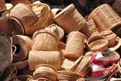I vari contenitori del rattan hanno messo per la vendita nella fiera del mercato. Immagini Stock