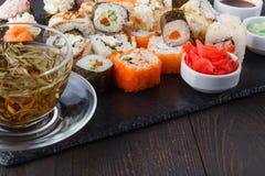 I vari generi di alimento dei sushi sono servito sulla pietra nera fotografia stock libera da diritti