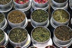 I vari tipi di tè in vasi del metallo esposti per la vendita in un tè cinese comperano a Shanghai Fotografia Stock Libera da Diritti