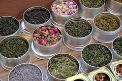 I vari tipi di tè in vasi del metallo esposti per la vendita in un tè cinese comperano a Shanghai Fotografia Stock