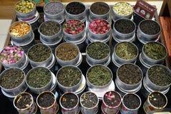 I vari tipi di tè in vasi del metallo esposti per la vendita in un tè cinese comperano a Shanghai Immagini Stock