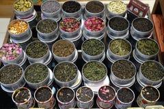 I vari tipi di tè in vasi del metallo esposti per la vendita in un tè cinese comperano a Shanghai Immagine Stock
