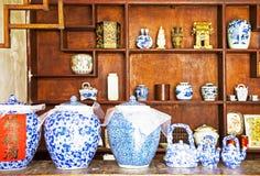I vasi del vino hanno allineato all'interno di un drinkery Fotografia Stock