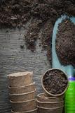 I vasi della torba dell'agricoltura sporcano la pala sul bordo di legno Fotografie Stock Libere da Diritti