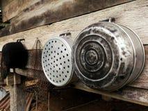 I vasi sulla parete di legno Immagine Stock