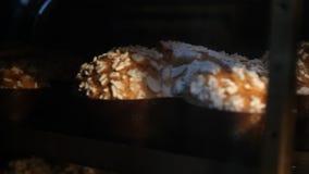I vassoi di colombe dei dolci di Pasqua cuociono nel forno