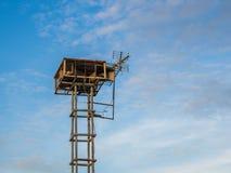 I vecchi altoparlanti pubblici hanno trasmesso per radio lo stile d'annata sull'alta torre i precedenti del cielo blu Fotografia Stock Libera da Diritti