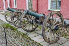 I vecchi cannoni nell'iarda interna Fotografia Stock Libera da Diritti