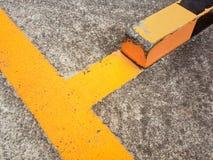 I vecchi confini gialli della strada asfaltata fotografia stock libera da diritti