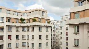 I vecchi edifici residenziali ed il cielo blu C'è molto vecchio buildingsin Parigi Fotografie Stock