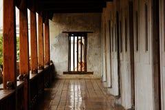 I vecchi fasci di legno aderiscono alla vecchia parete del cemento fotografia stock
