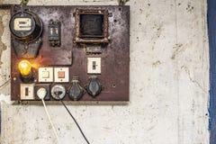 I vecchi gabinetti con collegamenti ed il convoglio del controllo di sistema elettrico in piccola fabbrica per gli impianti di au fotografia stock