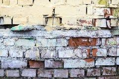 I vecchi mura di mattoni dipinti e distrutti Immagini Stock Libere da Diritti