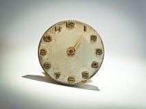 I vecchi orologi analogici di Brown sembrano insoliti fotografie stock