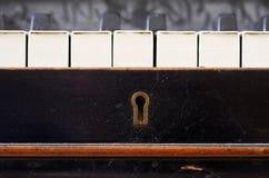 I vecchi tasti del piano si chiudono in su fotografie stock libere da diritti