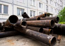 I vecchi tubi hanno andato dopo la modernizzazione del riscaldamento e dell'adduzione di acqua del ` s della città Fotografia Stock