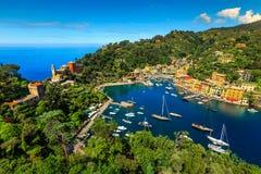 I vecchi yacht favolosi del villaggio e del lusso di Portofino, Liguria, Italia Fotografia Stock