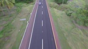 I veicoli circolano dalla strada archivi video