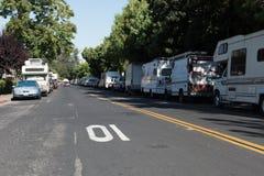 I veicoli di rv hanno parcheggiato su una stradina a Mountain View, CA Fotografia Stock