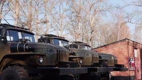 I veicoli militari sono parcheggiati la macchina fotografica si muove in avanti Armi dell'esercito archivi video