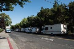 I veicoli ricreativi serviscono da alloggio per i lavoratori a Mountain View, la California Fotografia Stock