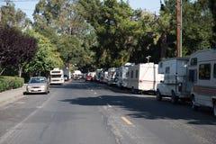 I veicoli ricreativi sono parcheggiati lungo le vie a Mountain View, la California Fotografie Stock