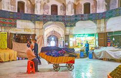 I venditori annoiati in grande bazar di Kerman, Iran fotografie stock libere da diritti