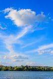 I venti soffiano le nuvole ad alta altitudine Immagine Stock